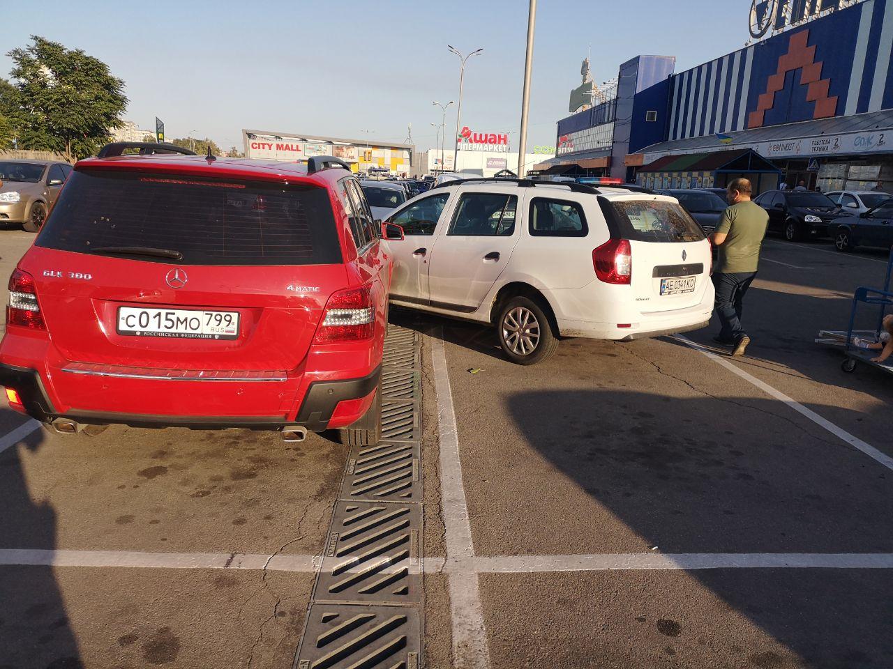 В центре Запорожья две иномарки не поделили дорогу (Фото)