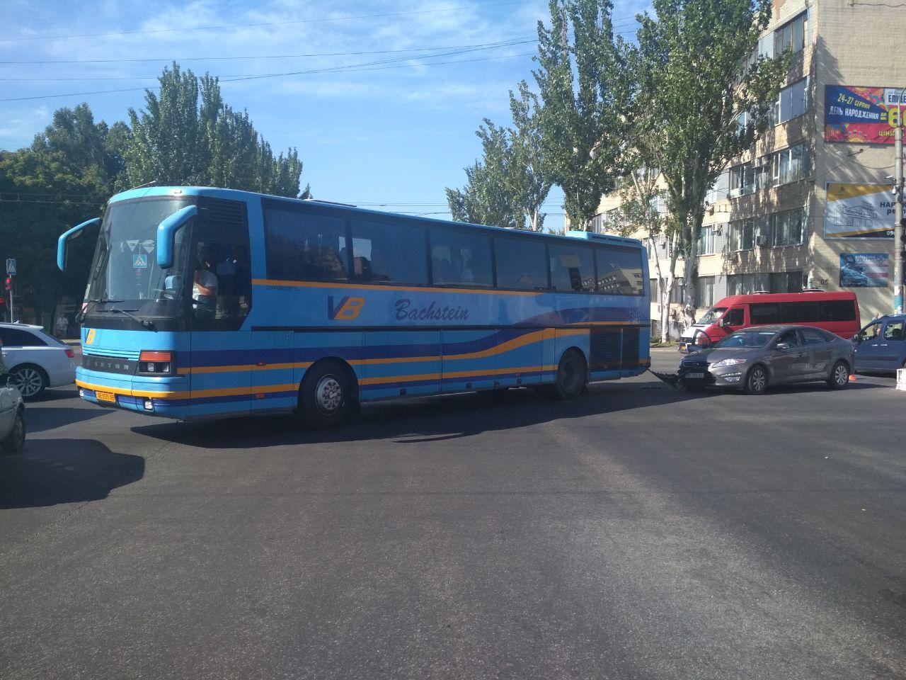 В центре Запорожья автобус с пассажирами угодил в ДТП (Фото)
