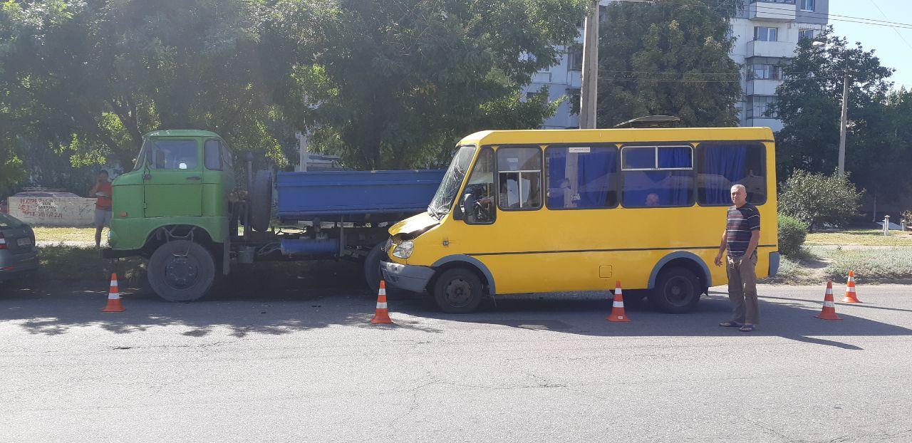 В Запорожье автобус с пассажирами врезался в грузовик, есть пострадавшие (Фото)