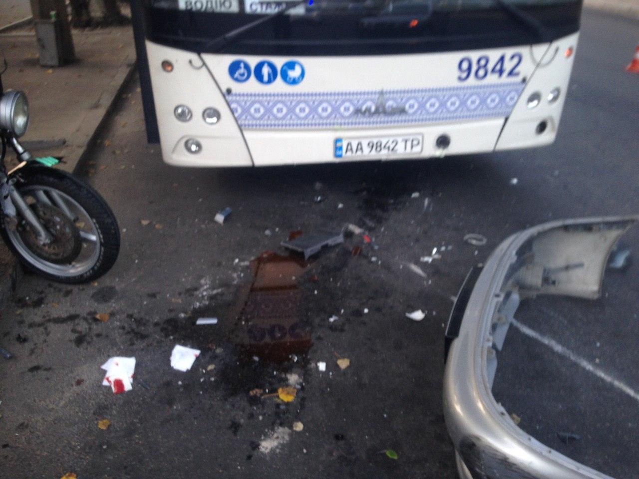 В Запорожье мужчина на легковушке сбил мотоциклиста (Фото)
