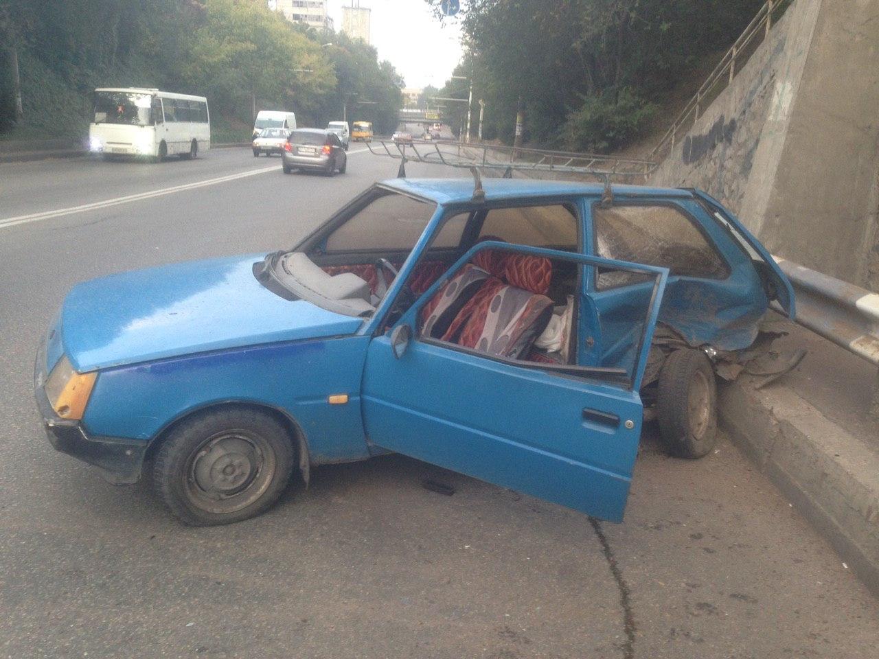 В спальном районе Запорожье две легковушки не смогли поделить дорогу (Фото)