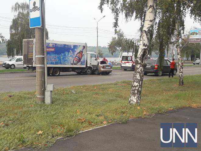 В Запорожье произошло ДТП с пострадавшими. Столкнулись грузовик и легковое авто (Фото)