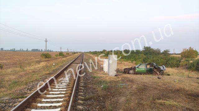 В Запорожской области легковушка угодила под поезд (Фото)