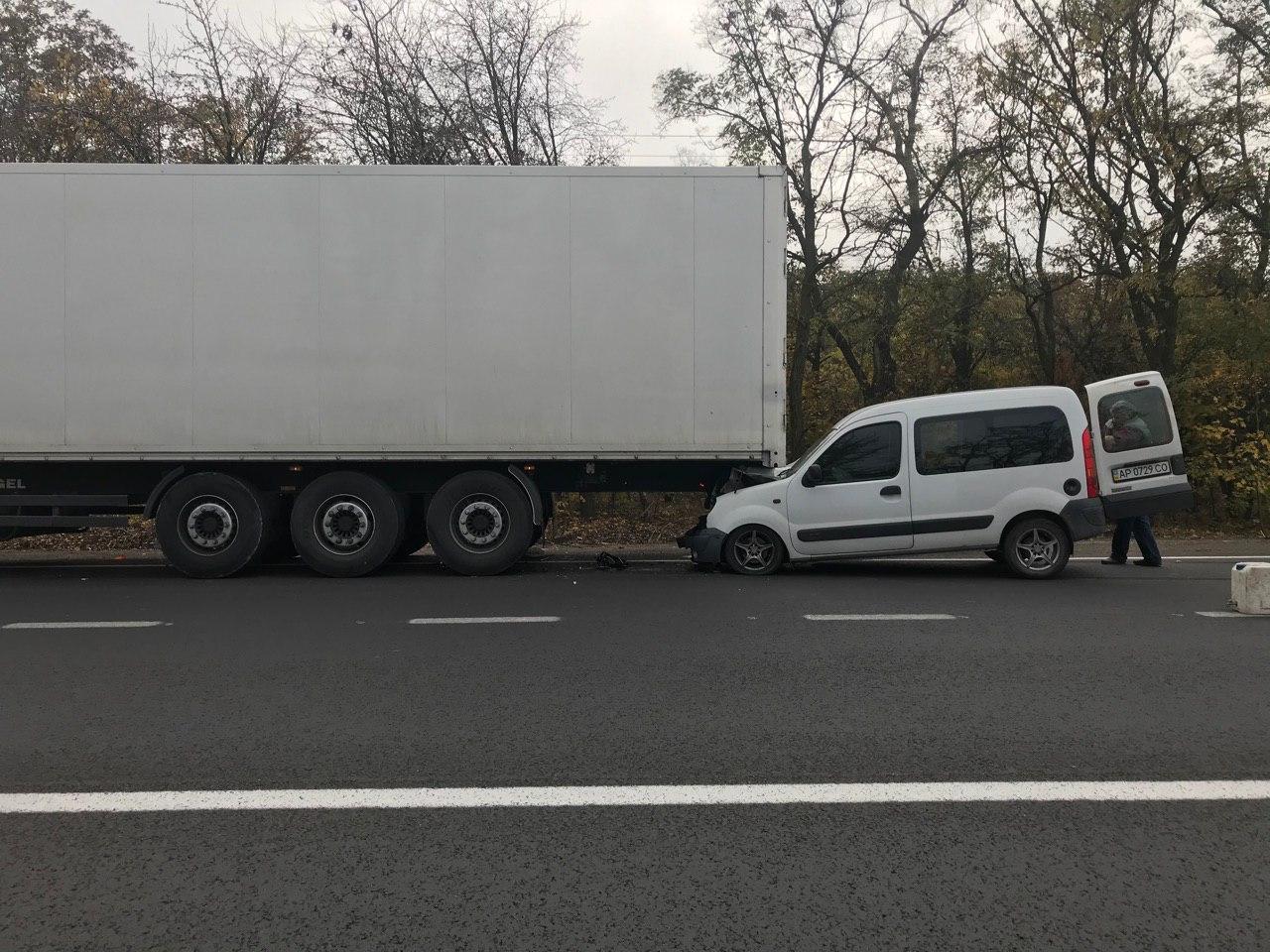 В Запорожской области иномарка влетела в грузовик (Фото)