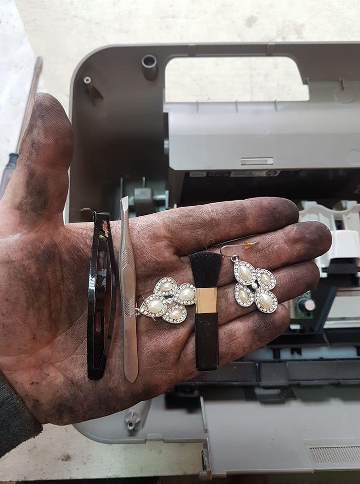 В Запорожье мастер нашел в принтере женские сережки