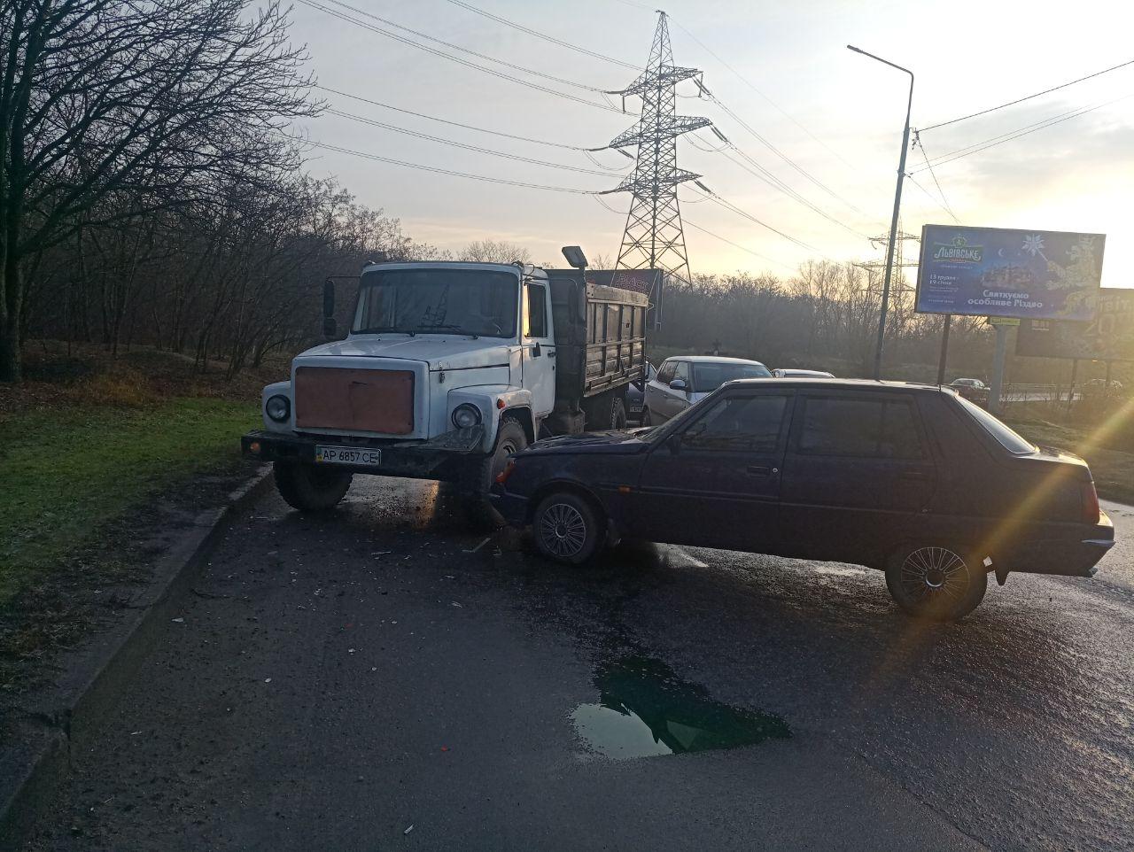 В Запорожье легковушка влетела в грузовик (Фото)