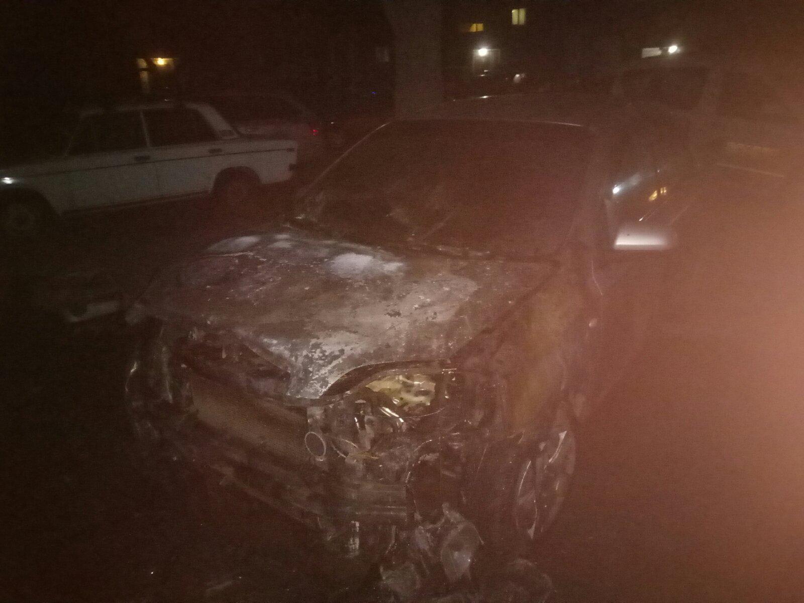 Ночью в Запорожье до тла сгорела иномарка (ФОТО)