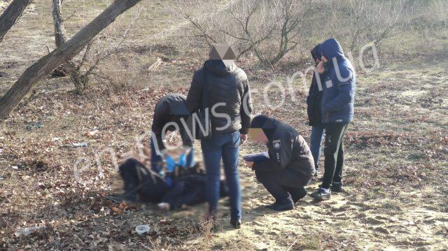 Как в кино. Выгуливая собаку жительница Запорожской области обнаружила мертвеца (ФОТО)