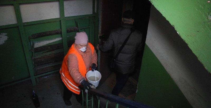 В Запорожье продолжают дезинфекцию подъездов против коронавируса