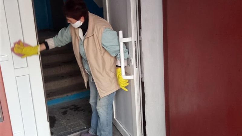 Борьба с коронавирусом: в Запорожье ежедневно дезинфицируют остановки и подъезды