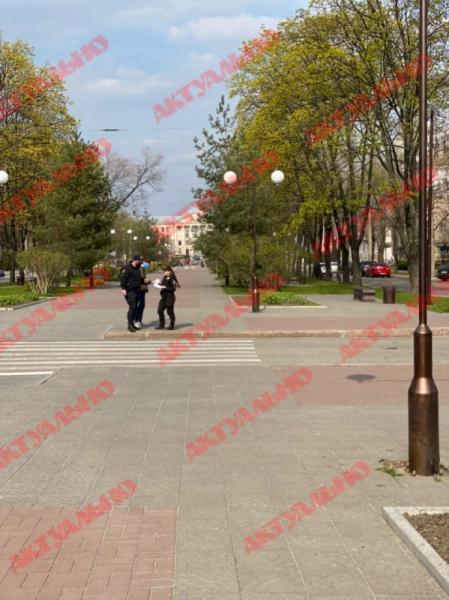 В Запорожье на улице патрульные начали останавливать граждан (ВИДЕО, ФОТО)
