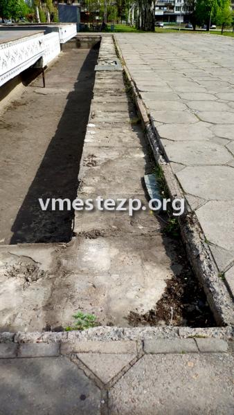 В Запорожье средь бела дня неизвестные сняли десятки гранитных плит с фонтана на Фестивальной