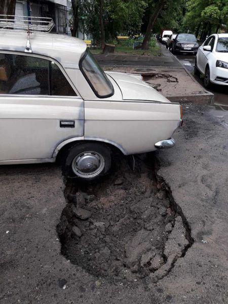 """Асфальт """"ушел"""" из-под колес нескольких авто в Запорожье"""