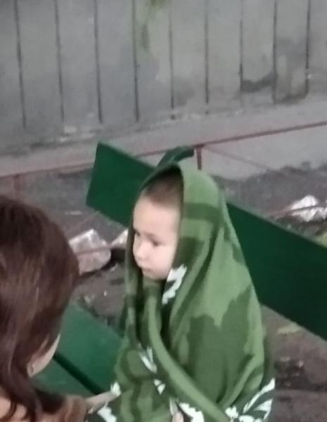 В Запорожье рано утром маленький мальчик бегал по улице и звал на помощь