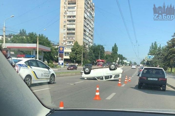 В центре Запорожья, в результате ДТП, перевернулся автомобиль