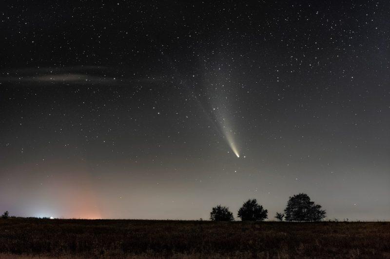 Запорожский фотограф сделал шикарные снимки кометы над городом