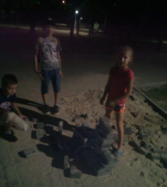 В запорожском парке дети разбирают новый тротуар из плитки