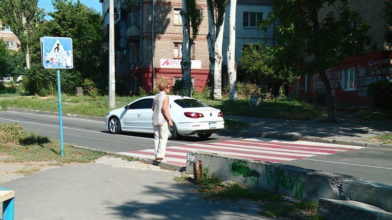 Жители центра Запорожья просят решить проблему опасного моста