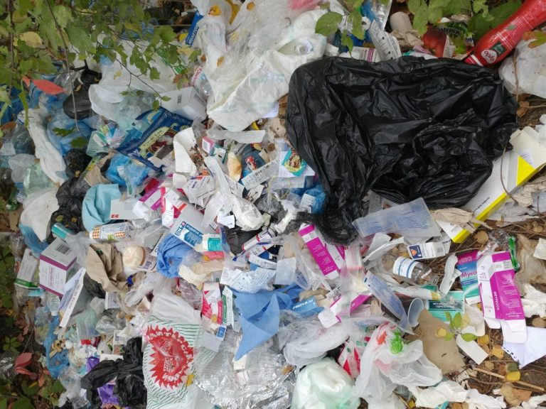 В Запорожье на территории областной больницы снова образовалась свалка из опасных отходов